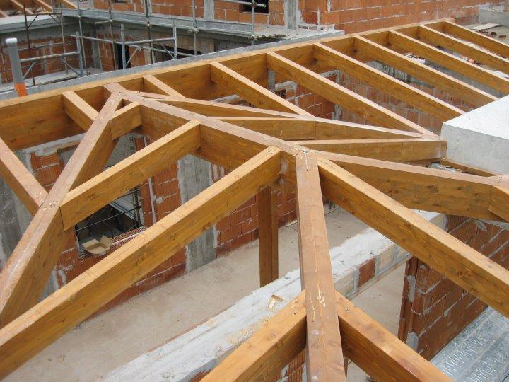 intrecccio travature struttura in legno lamellare